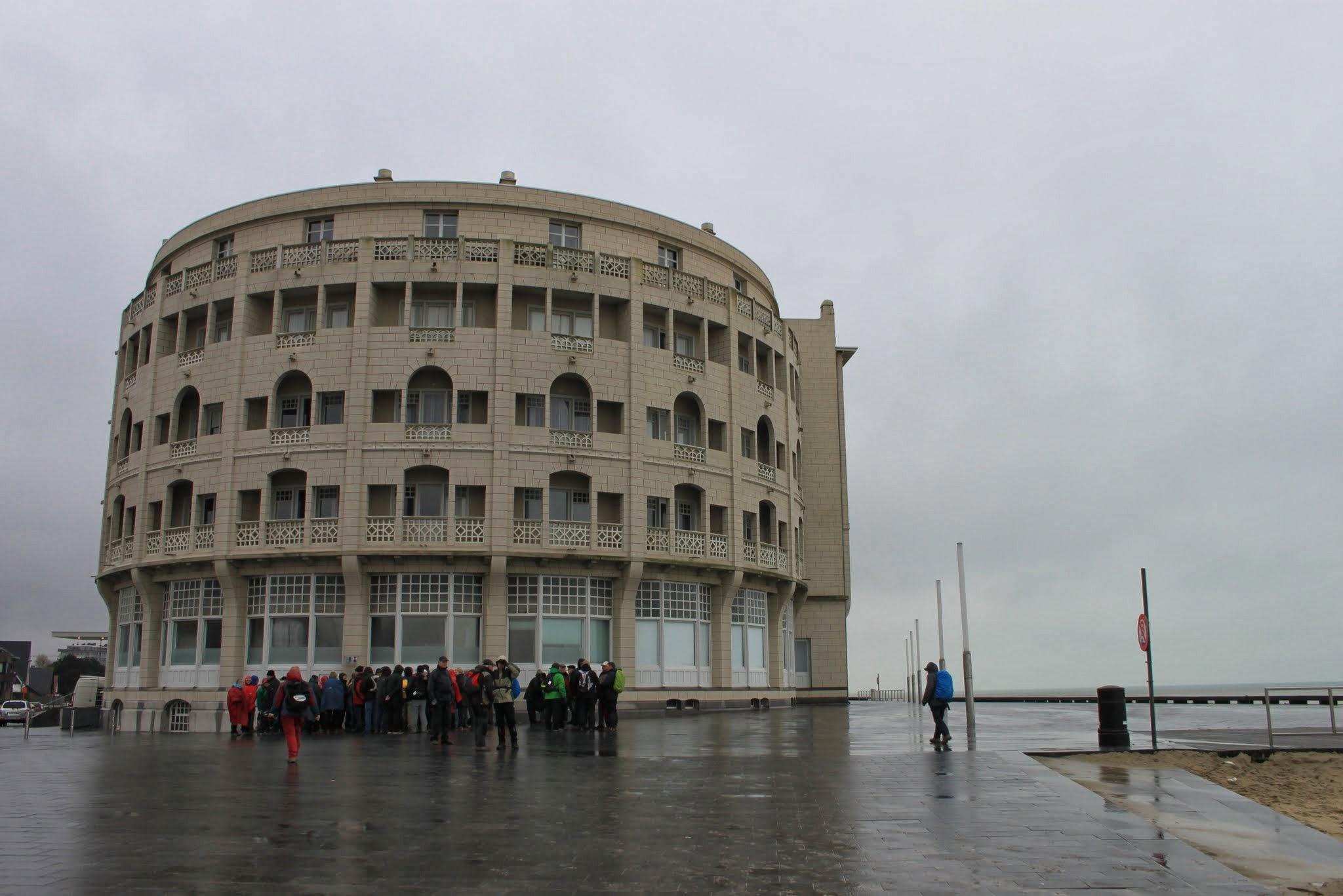 """Photo: Het Hotel """"Belle Vue"""" in Westende.Het wordt in de volksmond ook (ten onrechte) de """"Rotonde"""" genoemd, maar deze naam verwijst enkel naar de amfitheatervormige voorbouw."""