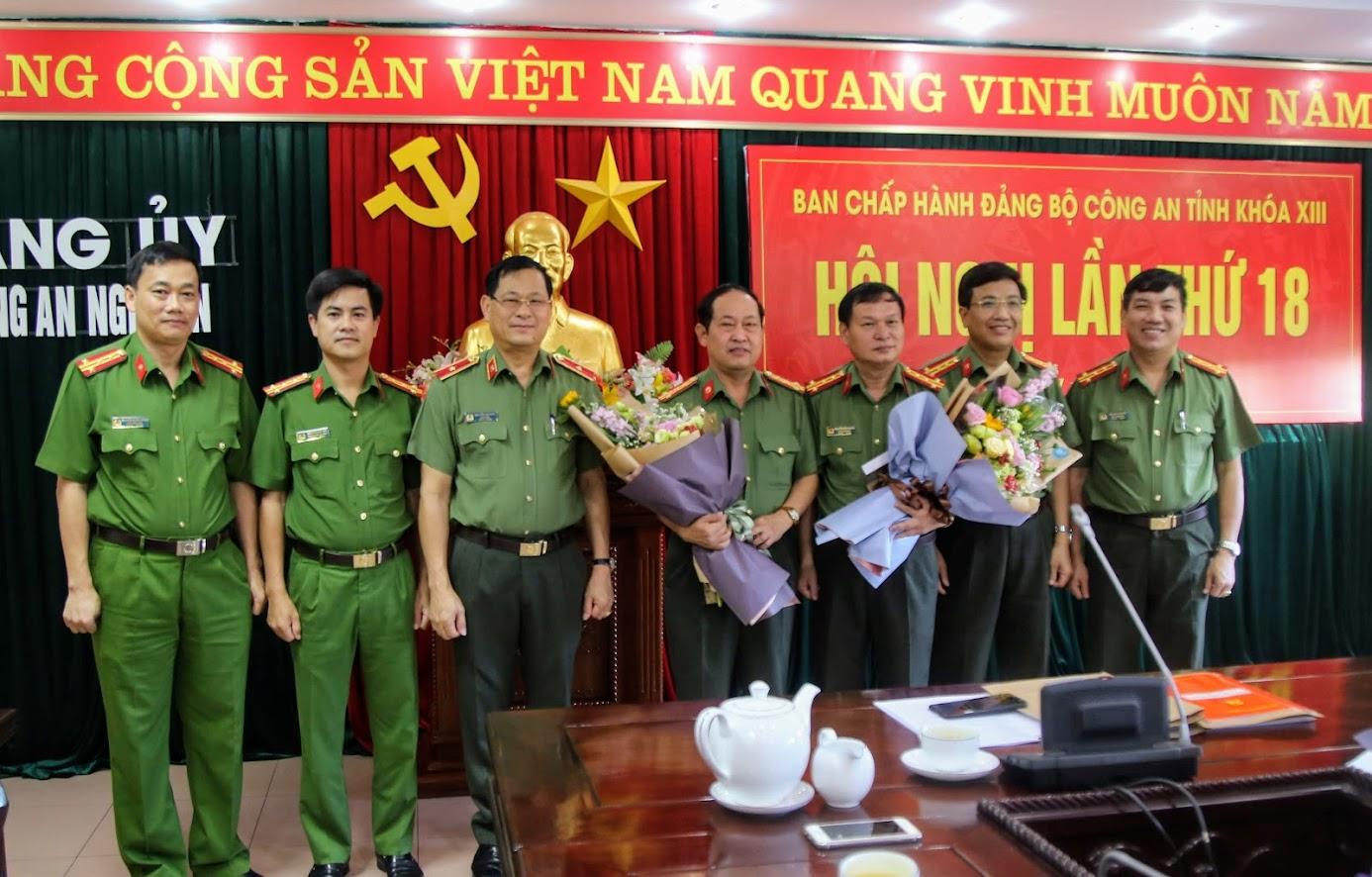 Các đồng chí trong Ban thường vụ Đảng ủy Công an tỉnh tặng hoa cho 02 đồng chí PGĐ Công an tỉnh có quyết định nghỉ chờ hưu theo chế độ