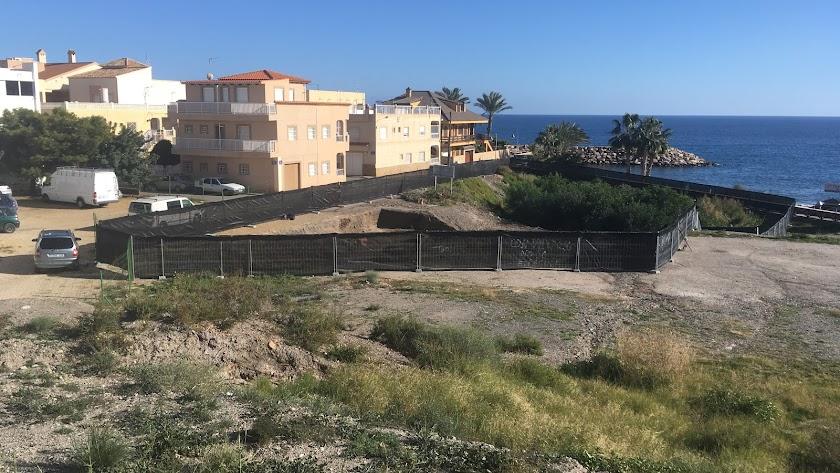 La parcela objeto de la discordia está situada frente a la playa de Cala Siret.