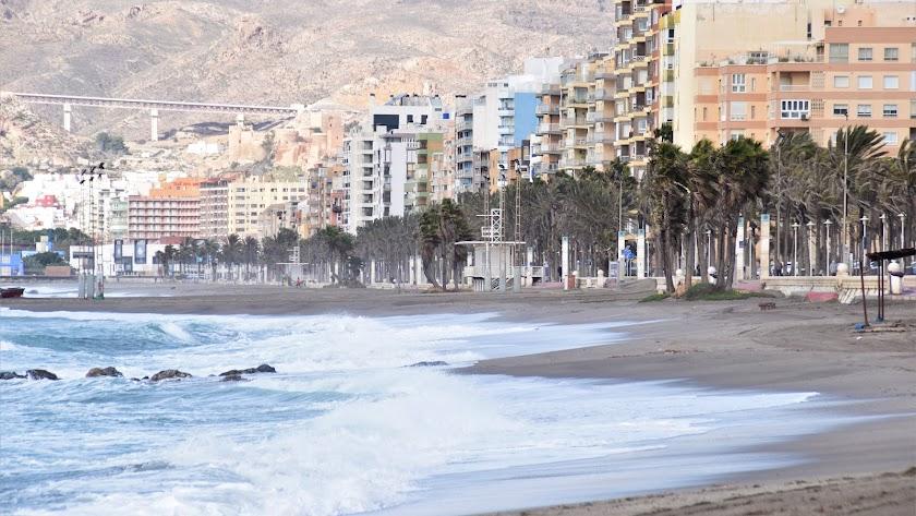 Las playas se vieron ayer fuertemente azotadas por el viento y las olas