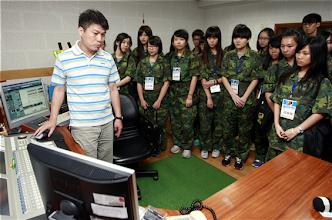 Photo: 新聞研習營學員3日參觀漢聲電臺錄音室,藉由專人講解認識廣播節目製作流程。