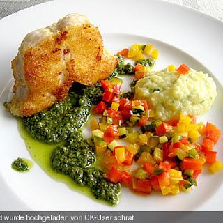 Steinbeißerkarbonade mit grüner Sauce, buntem Gemüse und Knoblauch - Kartoffelbrei