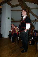 """Photo: Max bei seinem originellen Vortrag """" i bi dr Housi """" begleitet von Arno Ruch."""