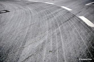 Photo: Reifenabriebsspuren der Schwerlasttransporter auf der Straße