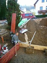 Photo: Die Verschalung für das Fundament wird gebaut.