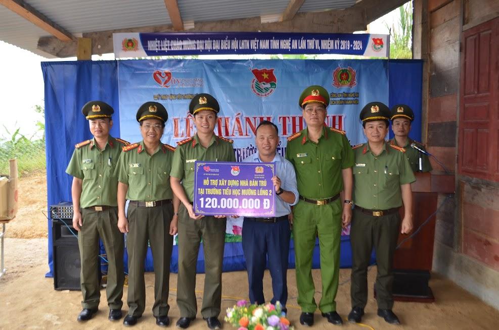 Đồng chí Đại tá Hồ Văn Tứ cùng đại diện lãnh đạo một số đơn vị trong Công an Nghệ An chúc mừng đại diện trường tiểu học Mường Lống 2