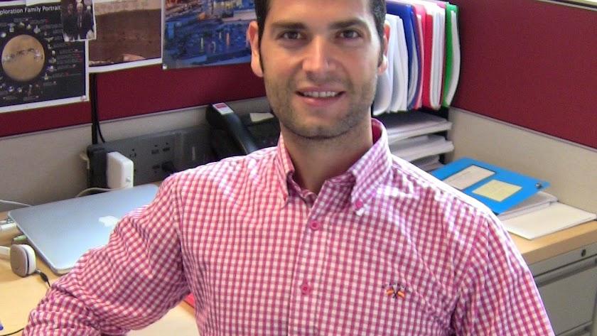 Ramón González, con una imagen de la Alcazaba, en su despacho de Massachussets.