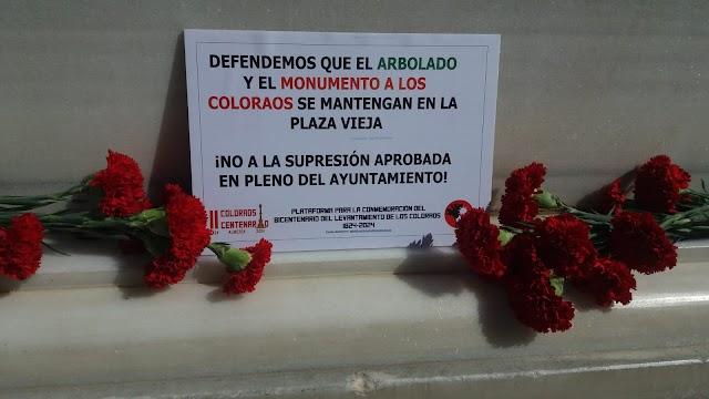 claveles y cartel de protesta a los pies del Pingurucho.