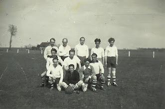 Photo: 1e elttal Stormvogels begin jaren 50 ( toen speelden ze de wedstrijden op Zondag ) 1e rij vlnr Co v Wijk-Arie de Koning-Gerrit Slijkoort - 2e rij Cees Roza-Hennie Bassa-Huib de Bruin - 3e rij Andre Roza-Jan Versteeg-Marcus Maas-Kees Pelle-Kees Roza