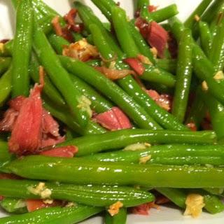 Green beans with garlic and Serrano ham.