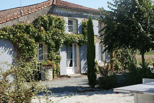 Gîte Le Nid pour 3 personnes à Surgères près de La Rochelle et le Marais poitevin jardin clos arboré avec table de ping-pong