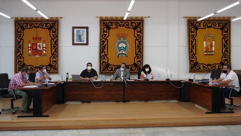 Imagen del pleno en el que fue aprobado el plan económico-financiero de Carboneras.