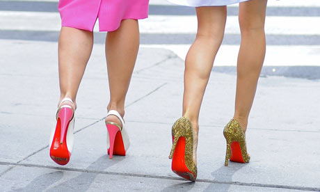 Imagen de la serie Sexo en Nueva York, dos de las actrices principales caminan de espaldas luciendo zapatos de tacón de suela roja, del diseñador Christian Louboutin
