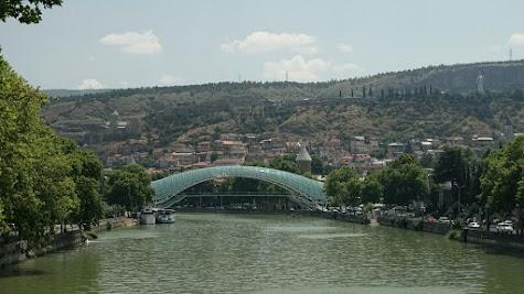 riedensbrücke im Herzen von Tiflis.
