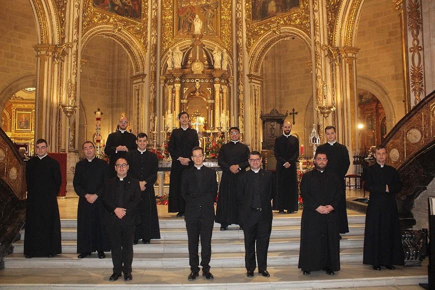 El rector del Seminario Conciliar de San Indalecio; el director espiritual y el Formador del Seminario Menor junto a los seminaristas.