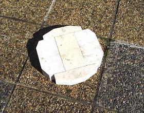 Photo: Découpe des briques pour faire le fond.