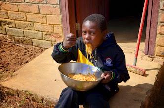 Photo: Kazi kubwa = chakula kubwa. Po velké práci vydatné posilnění. Victor Muyinga. V míse jsou špagety v bezpečí.