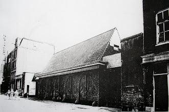 Photo: Op de plek van deze oude paardenstallen, bouwde de Speeltuinvereniging Ons Genoegen in de jaren '60 zijn eigen clubgebouw.