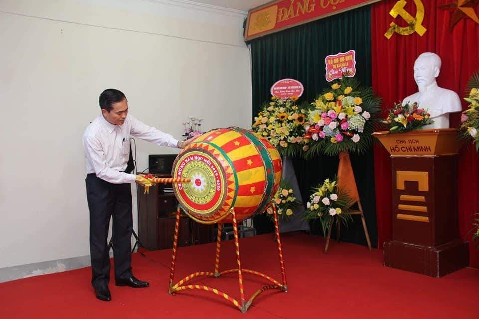 Phó Chủ tịch UBND tỉnh Lê Ngọc Hoa đánh trống khai trường tại trường THPT Cửa Lò (Thị xã Cửa Lò)