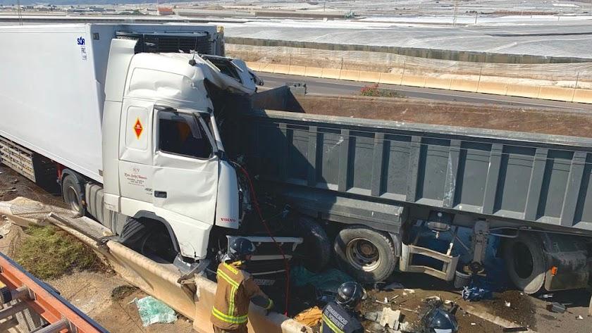 El conductor de uno de los vehículos quedó atrapado en su cabina y perdió la vida en el acto.