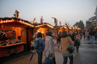 Photo: Marché de Noël, le même que partout dans le monde mais avec des vendeuses plus Kawaï