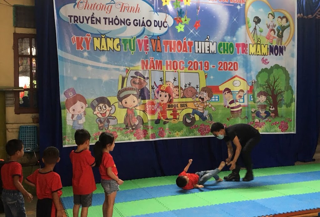 Trẻ thực hành kĩ năng tự vệ khi bị người xấu tiếp cận