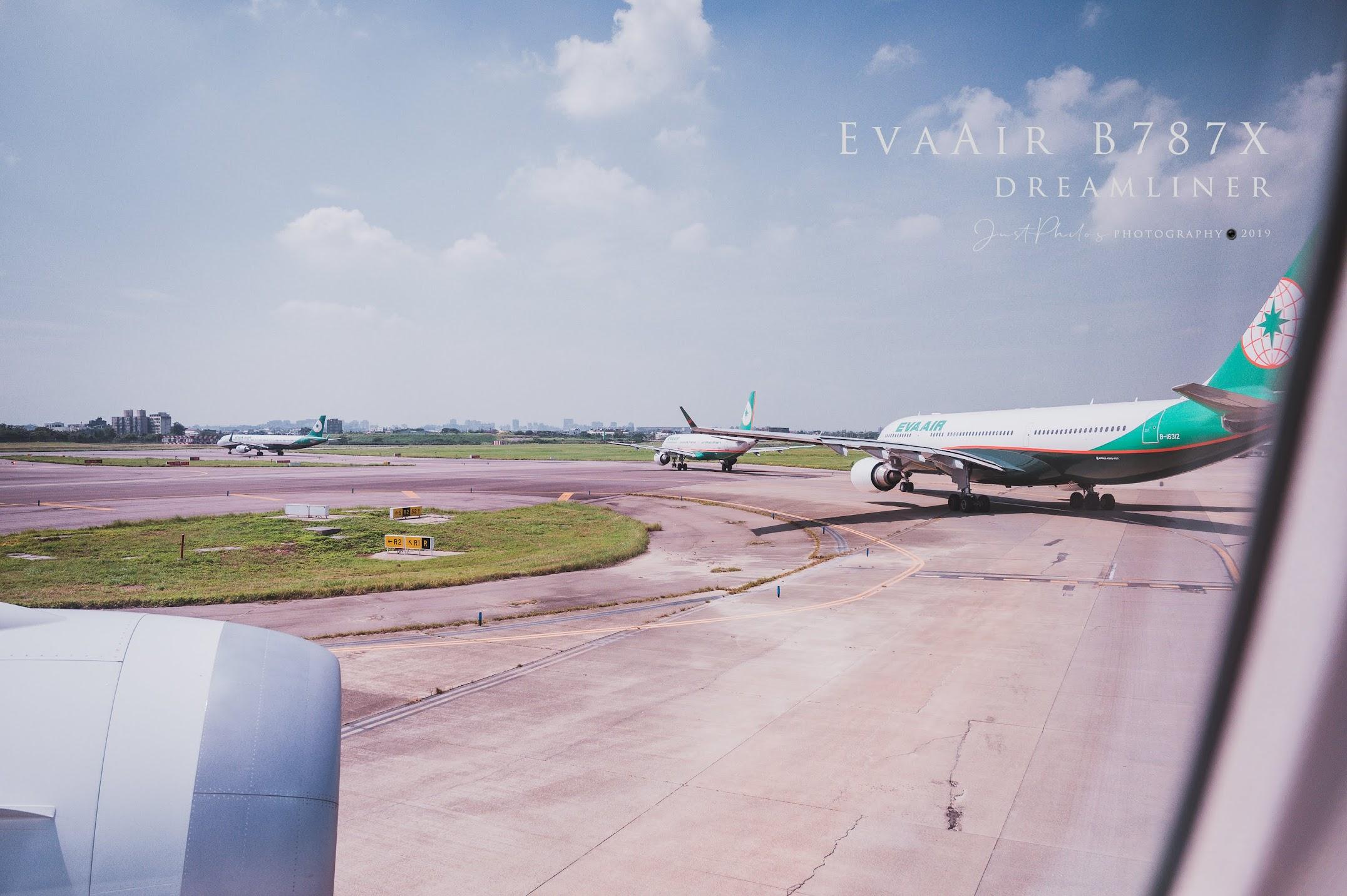 起飛前一刻還可以看到前面還有好幾架長榮的飛機等待起飛。