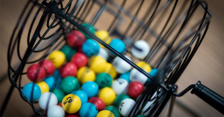 Bombo de bingo en movimiento mezclando las bolas