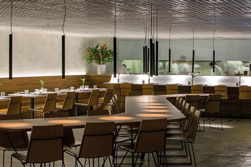 Este restaurante envuelve a sus invitados en cálida madera que recubre las paredes y el techo