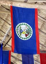 Photo: Belizen lippu, joka lienee vähintäänkin harvinaisemmasta päästä lippuja sikäli, että siinä on ihmishahmoja