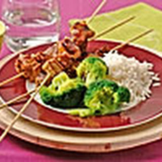 Sate Met Sambal-ketjapsaus Met Broccoli En Witte Rijst