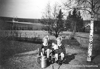 Photo: Järnvägsstationen i Vasselhyttan. Systrarna Kerstin o Karin Pettersson 1947
