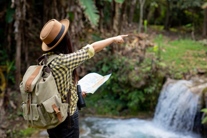 Mochileros viajeros en la selva