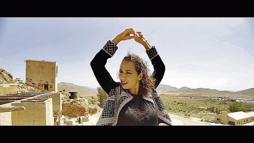 En el documental, Anabel Veloso baila en algunos de los paisajes más imponentes de Almería. Foto: Pañoleta Films