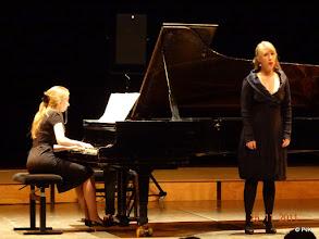 Photo: Bepke Keersemaekers (sopraan)  en Claudette Verhulst achter de vleugel (Oh quand je dors - S282)
