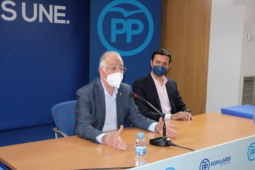 Intervención de Gabriel Amat junto a Javier Aureliano García.