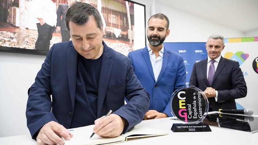 Josep Roca firmando en el libro de honor de \'Almería 2019\'