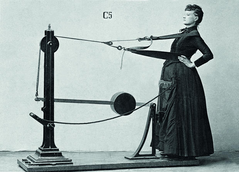 mujer en maquina de gimnasio creada por el Doctor Zander