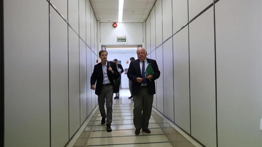 El consejero de Salud y Familias, Jesús Aguirre (a la derecha), se dispone a comparecer en rueda de prensa.