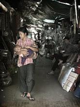 Photo: Photo at Phunom Penh Cambodia  赤ちゃん おっぱい飲んでます^^ 日本でも こういう光景あたりまえだったそ〜ですよう〜  のどかだねえ^^  東南アジア諸国では ちと郊外でれば よく見かける光景ですが これは首都プノンペンの どまんなか^^  さてはて こいう光景てのは なにキッカケで消えていくのでしょね?:)