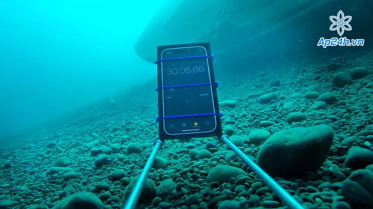 Kiểm tra khả năng chống nước iPhone 12 gấp 3 tiêu chuẩn IP68