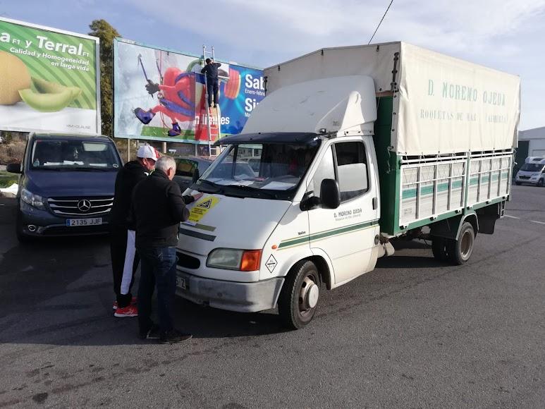 Los agricultores colocan carteles en sus camiones.