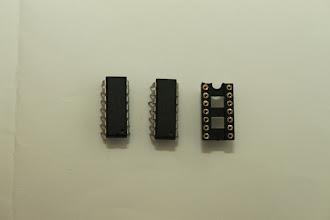 Photo: CA324 e socket 14 pinos 20/12/11 - Esse é o CA324 mas também pode ser encontrado com o nome LMT324. Inclui também dois sockets de 14 pinos para facilitar a substituição do CI.