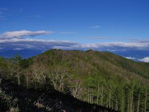 向かう西峰(右奥)
