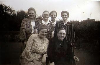 """Photo: Sørine Kirstine med sine fem piger. fv. Thora, Nora, Rosalie, Alvilda, Alfrida ved siden af moderen. """"Søndalsgaards"""" kvinder."""