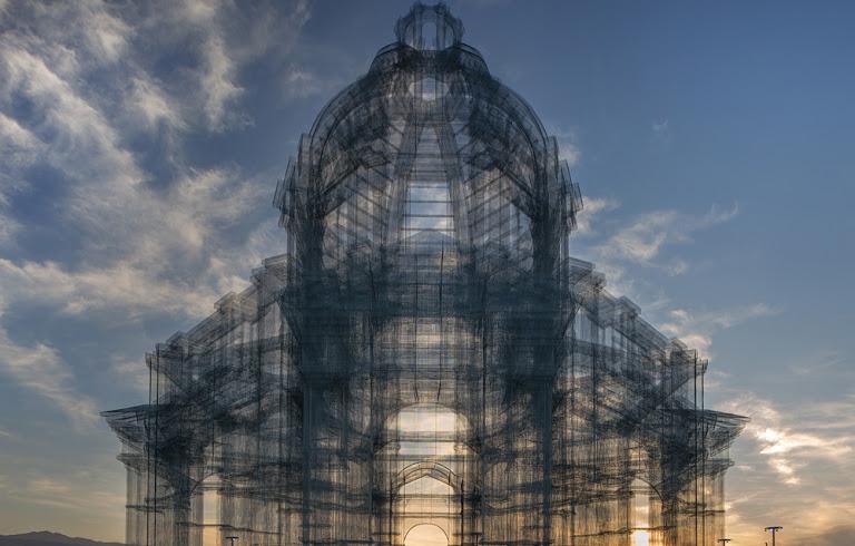 Etherea di Edoardo Tresoldi al tramonto