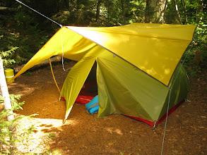 """Photo: On a mit une bâche par dessus la tente, et c'était TRÈS utile. Autant durant le terrible orage le lundi minuit, que pour """"décamper"""" jeudi matin sous la pluie.."""