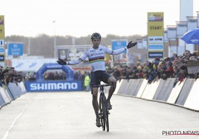 Wereldkampioen Van Aert showt nieuwe fiets én nieuwe outfit
