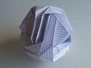 Photo: La boule à jongler en papier scolaire