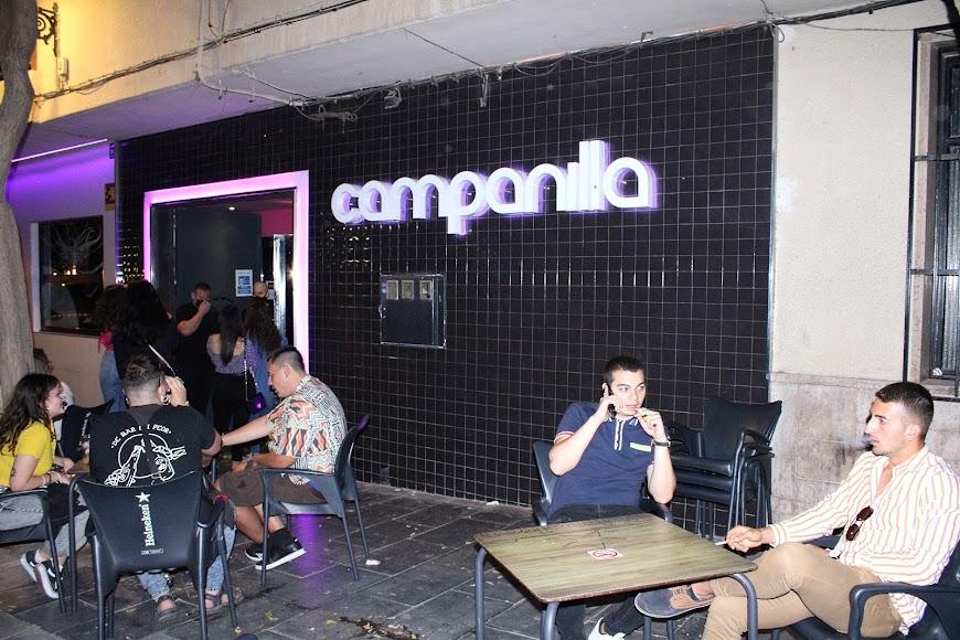 Disfrutando de la terraza del pub Campanilla.